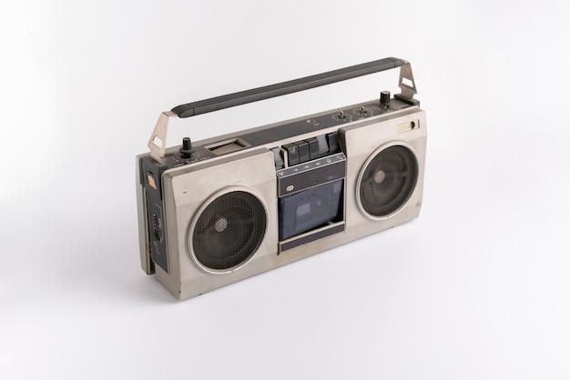 Un semplice registratore a cassette radio retrò astratto isolato su uno sfondo colorato, musica semplice da ascoltare sulla festa