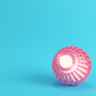 Sfera rosa segmentata astratta incandescente all'interno su sfondo blu brillante