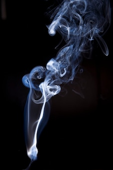 Fumo astratto isolato su sfondo nero.