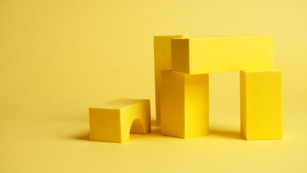 Quadrati astratti su sfondo giallo