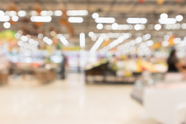 La drogheria astratta del supermercato ha offuscato il fondo defocused con la luce del bokeh