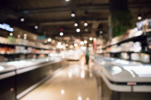 Il frigorifero astratto della drogheria del supermercato ha offuscato il fondo defocused con il bokeh light