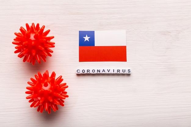 Modello astratto di ceppo virale della sindrome respiratoria mediorientale 2019-ncov coronavirus o coronavirus covid-19 con testo e bandiera cile su bianco