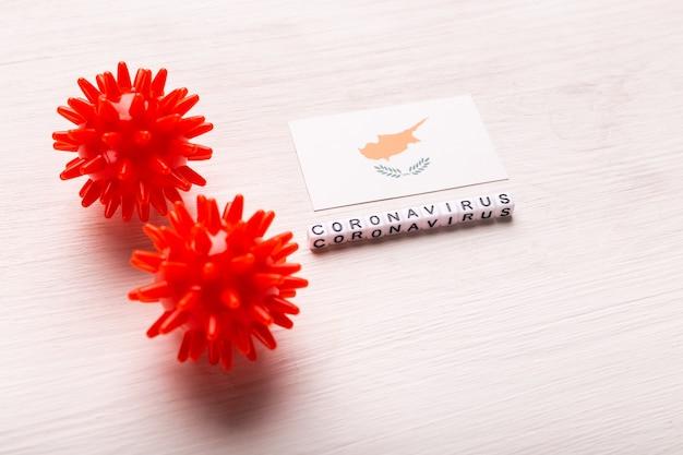 Modello astratto di ceppo virale della sindrome respiratoria mediorientale 2019-ncov coronavirus o coronavirus covid-19 con testo e bandiera cipro su bianco