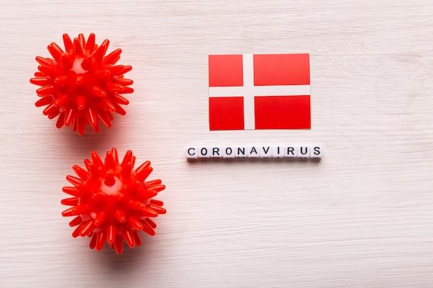 Modello astratto di ceppo virale della sindrome respiratoria mediorientale 2019-ncov coronavirus o coronavirus covid-19 con testo e bandiera danimarca su bianco