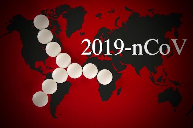 Modello astratto di ceppo virale costituito da pillole bianche su sfondo rosso con mappa del mondo. mappa mondiale di distribuzione coronavirus covid-19. concetto di protezione contro la pandemia di virus.