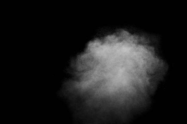 Vapore bianco astratto, fumo sotto forma di nuvola su uno sfondo nero, copia dello spazio.