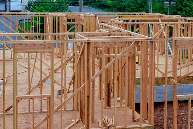 Estratto di incorniciatura domestica di legno al cantiere.