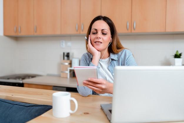 Idee per la casa di lavoro astratte, video blog dal vivo di decorazione d'interni, lezioni di lezioni, idea di presentazione del computer, concetto di navigazione per la ricerca in internet