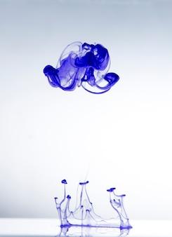 Astrazione, gocce di vernice in acqua