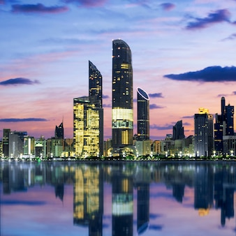 Skyline di abu dhabi al tramonto, emirati arabi uniti