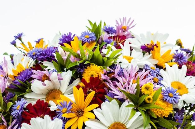 Un'abbondanza di diversi bellissimi fiori che sbocciano in un bouquet estivo.