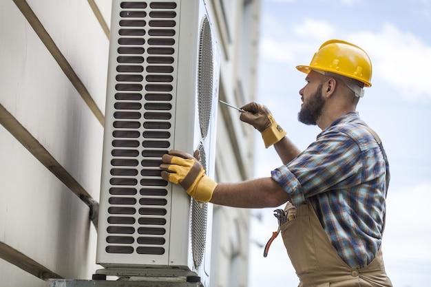 Sostituzione dell'apparecchio ad aria condizionata verificando le condizioni di pulizia