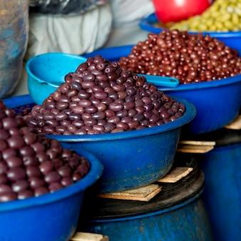 Bacche di acai in vendita su una bancarella del mercato, mercado central, cuzco, perù
