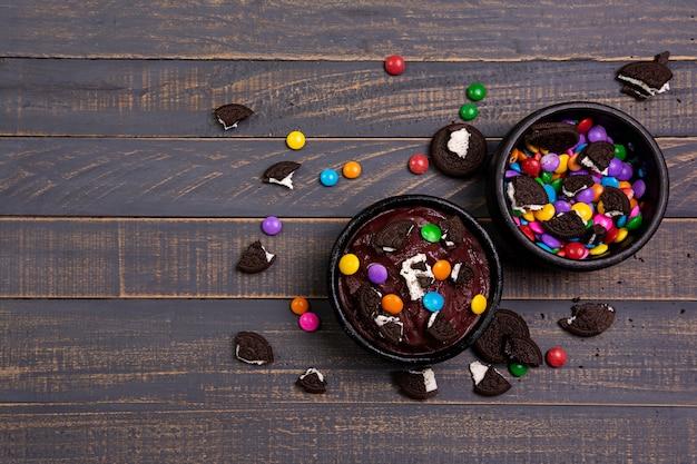 Ciotola acai con biscotti e cioccolato ricoperto