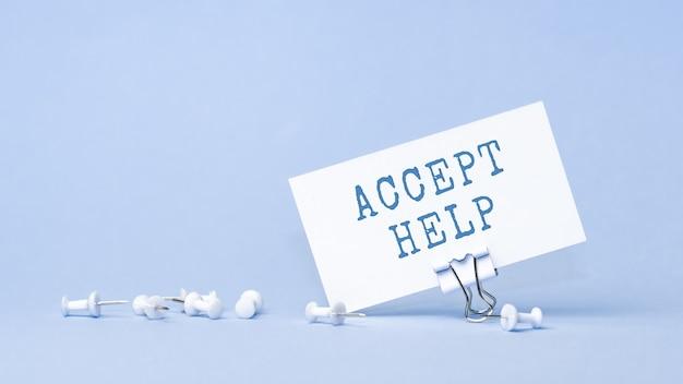Accetta aiuto - concetto di testo sul biglietto da visita. primo piano di un'agenda personale