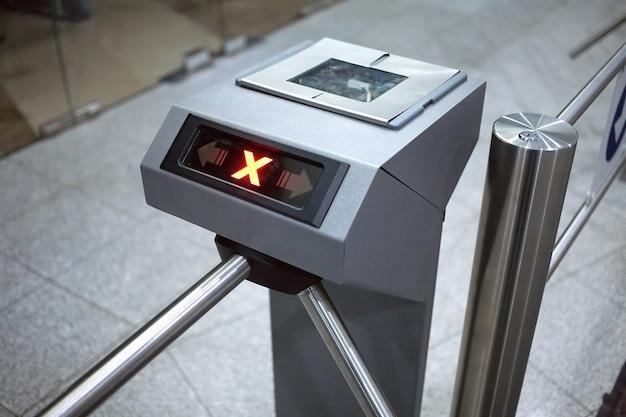 Accesso negato. vista orizzontale del sistema di controllo accessi elettronico si chiuda