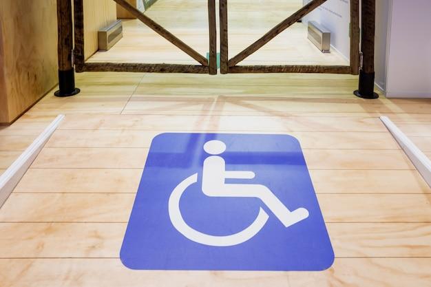 Rampa di accesso per persone su sedia a rotelle.