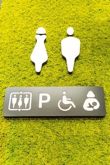 Segnale di accesso alla toilette su un giardino verticale