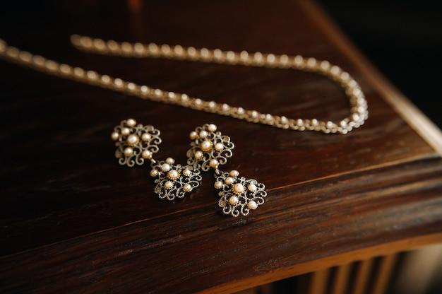 Accessori per la sposa orecchini sul velo orecchini da sposa bianchi spazio per testo e pubblicità