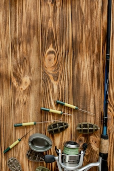 Accessori per la pesca alla carpa e esche da pesca su assi di legno con spazio di copia.