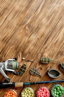Accessori per la pesca alla carpa ed esche da pesca su assi di legno