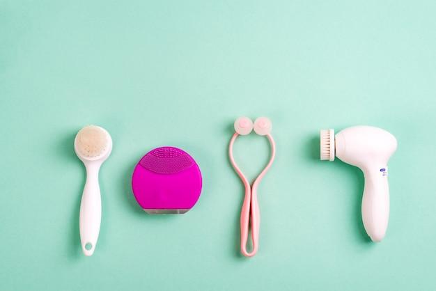 Accessori per la cura del viso. pulire la pelle con un pennello diverso su un verde