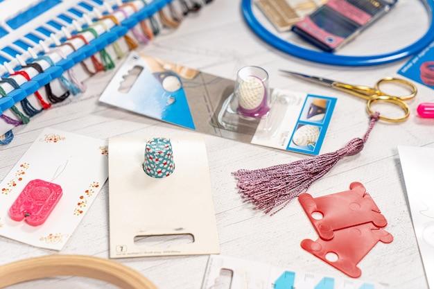 Accessori per hobby. aghi, fili, bottoni automatici per cerchi, pennarelli, bastoncini per maglieria e ricamo