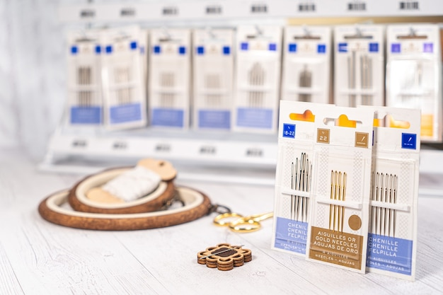 Accessori per hobby. fermagli per cerchi, fili, aghi e forbici. strumenti vintage per ricamo a maglia