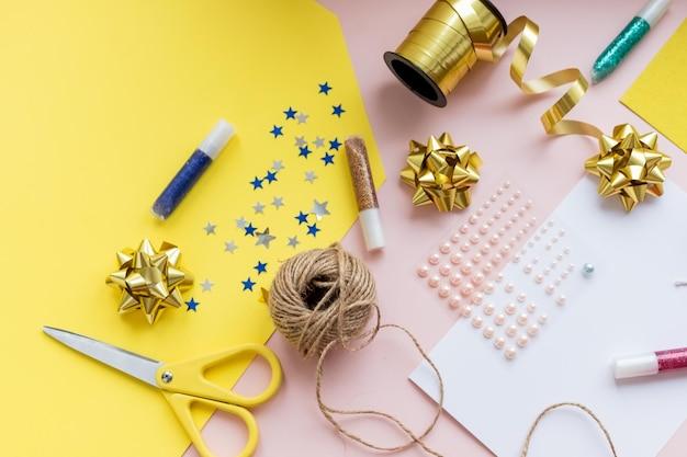 Accessori per le vacanze. carta elegante, forbici, filo sul tavolo colorato, copia dello spazio. le stagioni