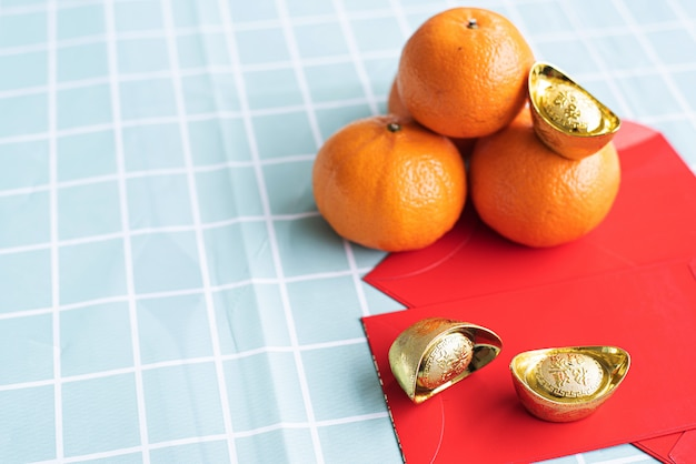 Accessori per il capodanno lunare e il concetto di vacanza capodanno cinese. arancia in zolla bianca con paghetta rossa