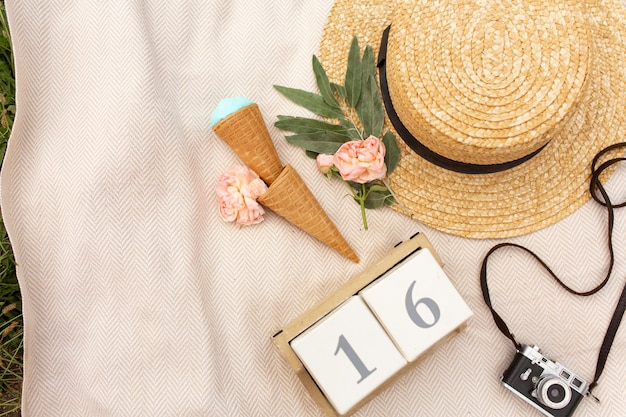 Accessori di una donna che viaggia romantica. cappello di vimini e fotocamera retrò
