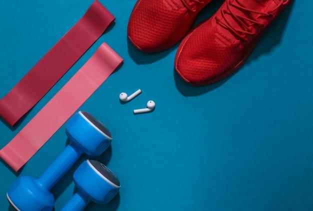 Accessori per lo sport o il fitness su uno sfondo blu brillante.