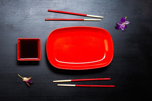 Accessori per sushi su un tavolo di legno. avvicinamento. messa a fuoco selettiva.