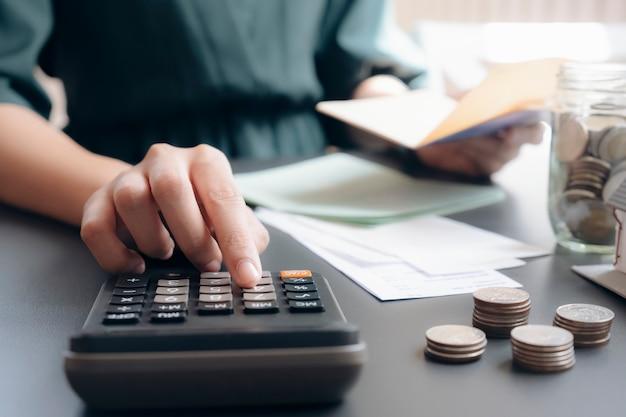 Il contabile o il banchiere calcolano la fattura in contanti.