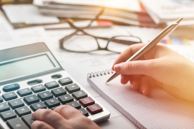 Donna contabile con calcolatrice e documenti