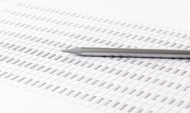 Documento contabile con matita e controllo grafico finanziario. concetto di affari