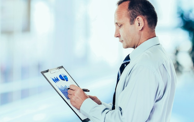 Contabilità. investitore con il piano finanziario dei ricavi del