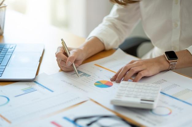 Accountingconsulente per gli investimenti situazione di consulenza sulla relazione finanziaria e pianificazione