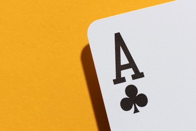 Carta asso su sfondo giallo