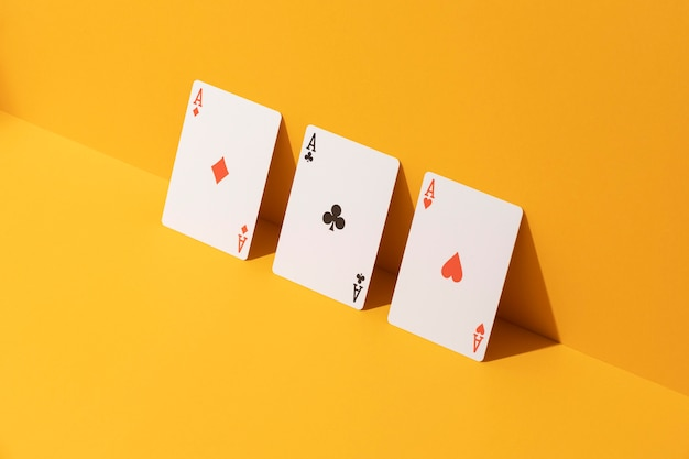 Carte asso su sfondo giallo
