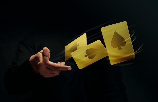 Giocatore di carte da gioco ace spade o mago flick e levitazione di carte da poker a mano