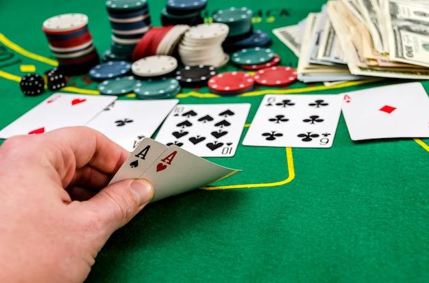 Gli assi nella mano dei giocatori sul tavolo da poker