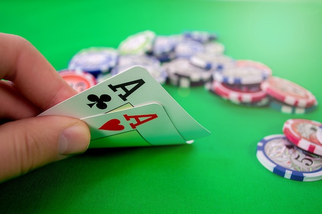 Assi in mano di poker con fiches