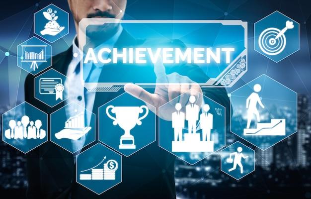 Realizzazione e concetto di successo dell'obiettivo aziendale - uomini d'affari creativi con interfaccia grafica a icone che mostra la ricompensa dei dipendenti per il raggiungimento del successo aziendale