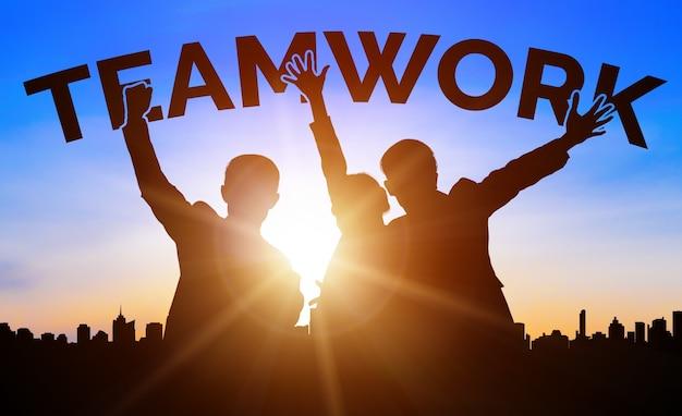 Realizzazione e concetto di successo dell'obiettivo aziendale - uomini d'affari creativi con interfaccia grafica a icone che mostra la ricompensa dei dipendenti per il raggiungimento del successo aziendale.