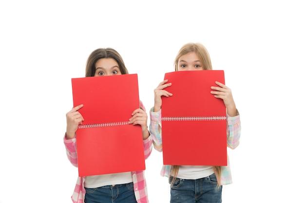 Acquisire conoscenza dai testi che stanno leggendo bambine giocose che coprono i volti