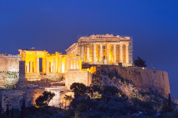 La collina dell'acropoli, coronata dal partenone durante l'ora blu serale ad atene, in grecia