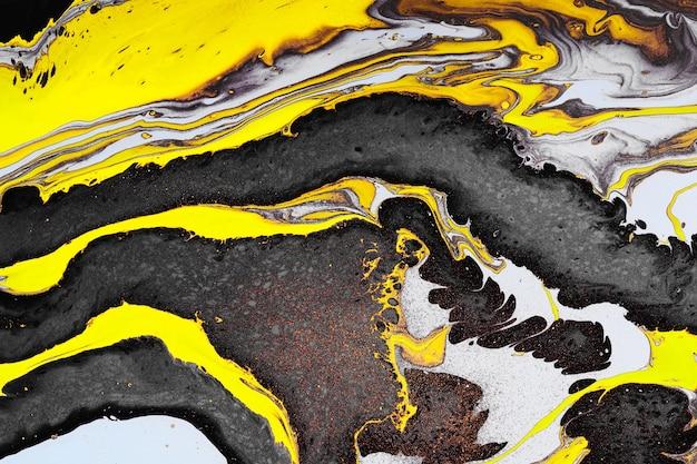Arte fluida acrilica. onde nere gialle e inclusioni dorate. fondo o struttura di pietra astratto.