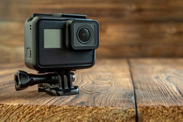Macchina fotografica d'azione su fondo in legno